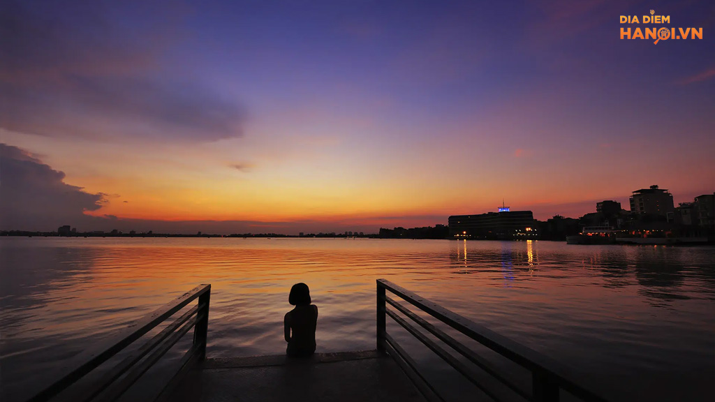 hoàng hôn tím trên Hồ Tây